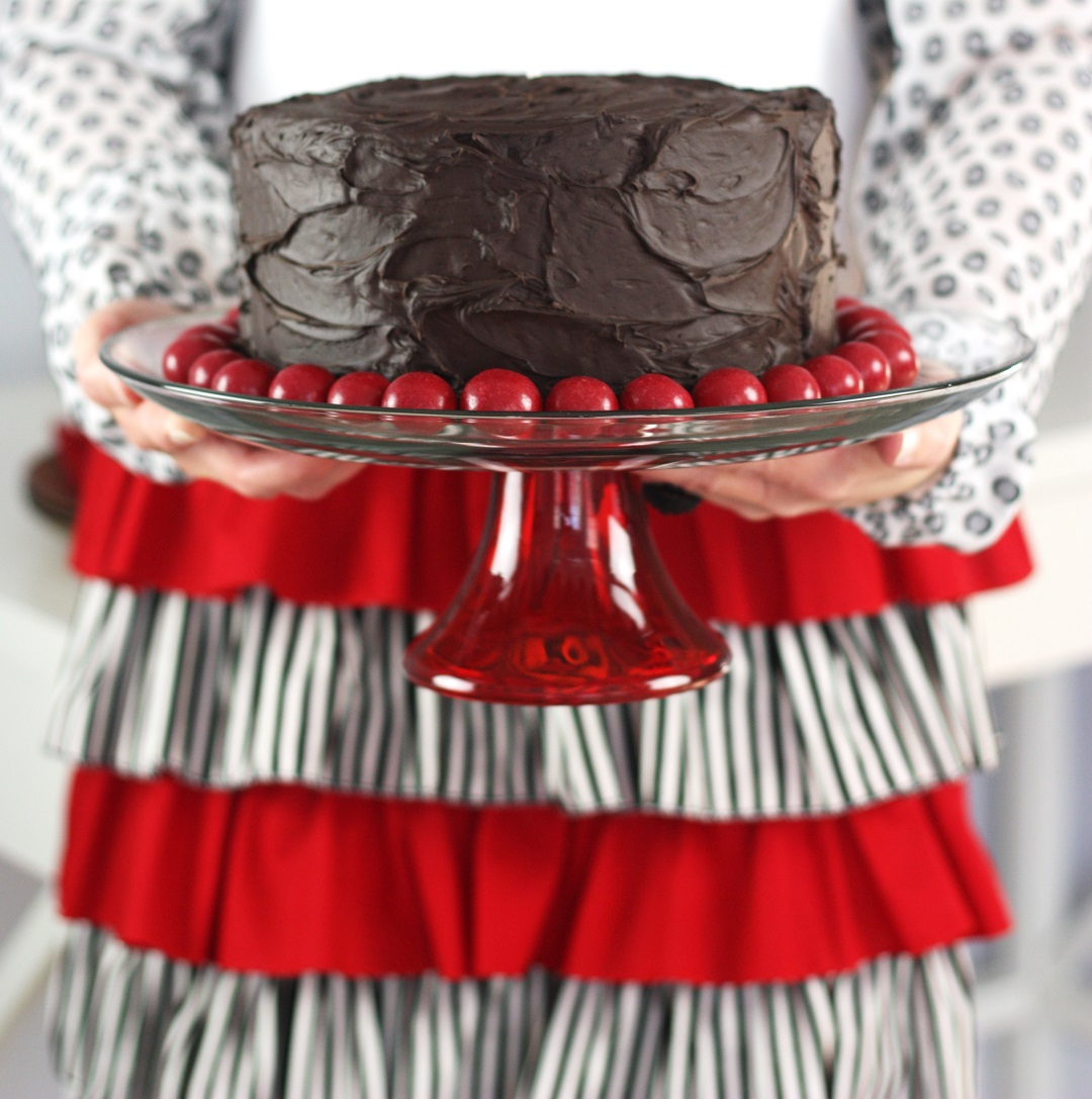 Your clothes clean with this beautiful ruffled diy apron tutorial