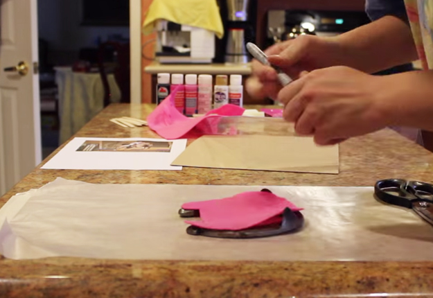 DIY-Horse-Shoe-Picture-Frame   DIY Projects & Crafts by DIY JOY at http://diyjoy.com/upcycling-ideas-diy-picture-frame