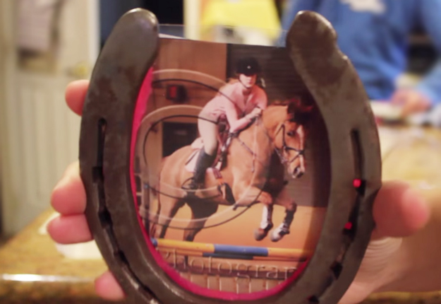 DIY-Horse-Shoe-Picture-Frame | DIY Projects & Crafts by DIY JOY at http://diyjoy.com/upcycling-ideas-diy-picture-frame