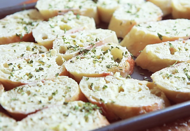 Hot-Pizza-Dip-Recipe-w-Toasted-Garlic-Baguettes-5 at http://diyjoy.com/party-food-ideas-pizza-dip-recipe