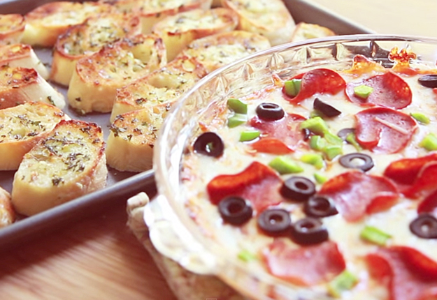 Easy Recipes for a Crowd | Appetizer Recipe Ideas for Kids and for Adults | Pizza Dip Recipe | DIY Projects & Crafts by DIY JOY at http://diyjoy.com/party-food-ideas-pizza-dip-recipe