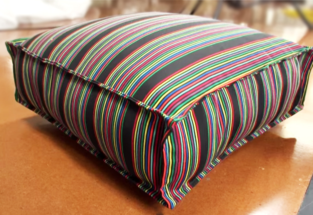 How-to-Make-a-French-Mattress-Style-Cushion-36 |  DIY Projects & Crafts por DIY JOY em http://diyjoy.com/diy-furniture-outdoor-cushion-covers