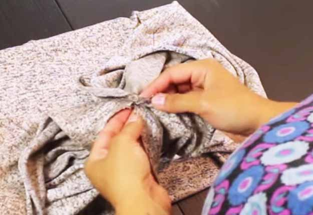 DIY Projects & Crafts by DIY JOY at http://diyjoy.com/sewing-projects-how-to-make-an-infinity-scarf