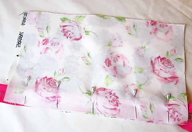 Easy Sewing Project for Women | DIY Gift Idea for Teen Girls | DIY Makeup Bag Tutorial | DIY Projects & Crafts by DIY JOY at http://diyjoy.com/easy-sewing-projects-diy-make-up-bag