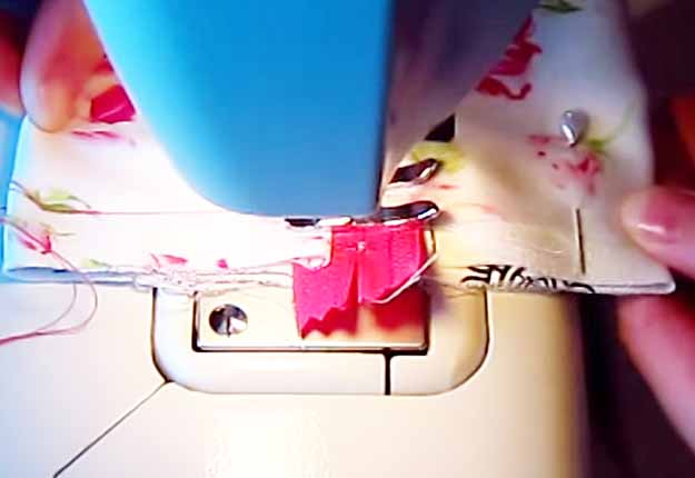 Simple Sewing Ideas for Girls | DIY Makeup Bag Tutorial | DIY Projects & Crafts by DIY JOY at http://diyjoy.com/easy-sewing-projects-diy-make-up-bag