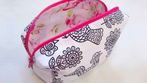 Stay Organzied With This Simple, 10-Minute DIY Makeup Bag | DIY Joy Projects and Crafts Ideas