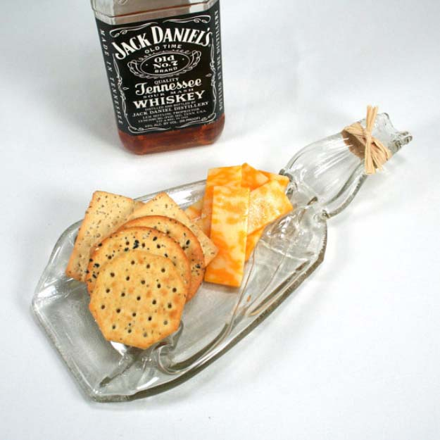 Fun DIY Ideas Made With Jack Daniels - Recipes, Projects and Crafts With The Bottle, Everything From Lamps and Decorations to Fudge and Cupcakes | Jack Daniels Cheese and Chips Serving dish #diy #jackdaniels #recipes #crafts