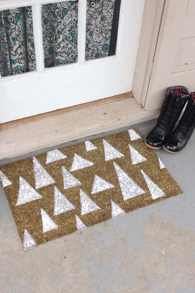 Awesome DIY Christmas Home Decorations and Homemade Holiday Decor Ideas - Quick and Easy Decorating ideas, cool ornaments, home decor crafts and fun Christmas stuff  | Crafts and DIY projects by DIY Joy  |  Merry and Bright DIY Holiday Door Mat  |  http://diyjoy.com/diy-christmas-decor-holiday-decorations