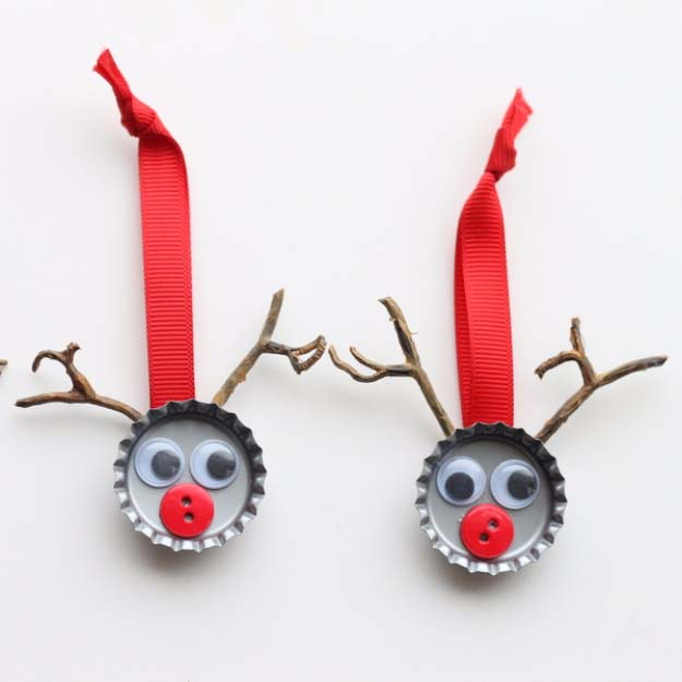 Awesome DIY Christmas Home Decorations and Homemade Holiday Decor Ideas - Quick and Easy Decorating ideas, cool ornaments, home decor crafts and fun Christmas stuff | Crafts and DIY projects by DIY Joy | Reindeer Ornament Caps #diy #crafts #christmas