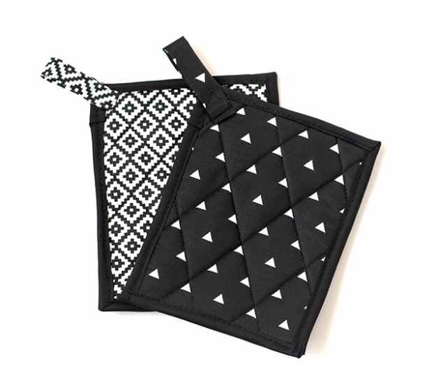 Sewing Projects for The Home - Black and White Pot Holders - Free DIY Sewing Patterns, Easy Ideas and Tutorials for Curtains, Upholstery, Napkins, Pillows and Decor #homedecor #diy #sewing