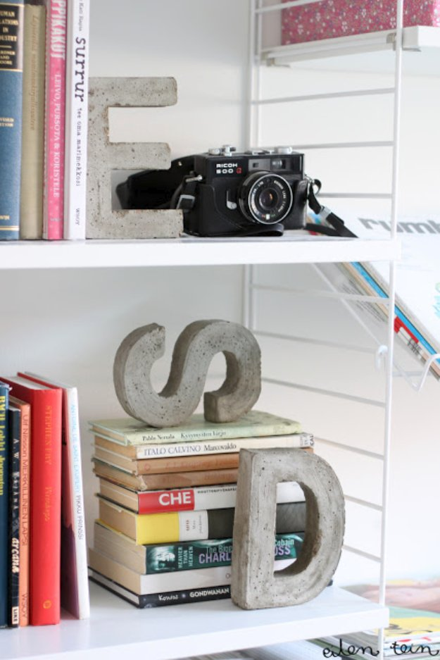 43 DIY concrete crafts - Concrete Monogram Bookends- Cheap and creative projects and tutorials for countertops and ideas for floors, patio and porch decor, tables, planters, vases, frames, jewelry holder, home decor and DIY gifts #gifts #diy