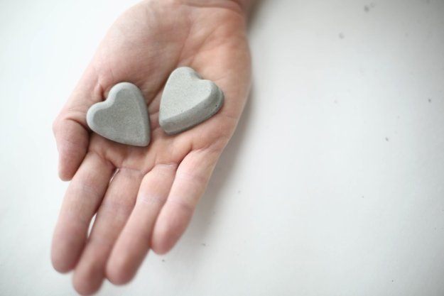43 DIY concrete crafts - DIY Concrete Hearts - Cheap and creative projects and tutorials for countertops and ideas for floors, patio and porch decor, tables, planters, vases, frames, jewelry holder, home decor and DIY gifts #gifts #diy
