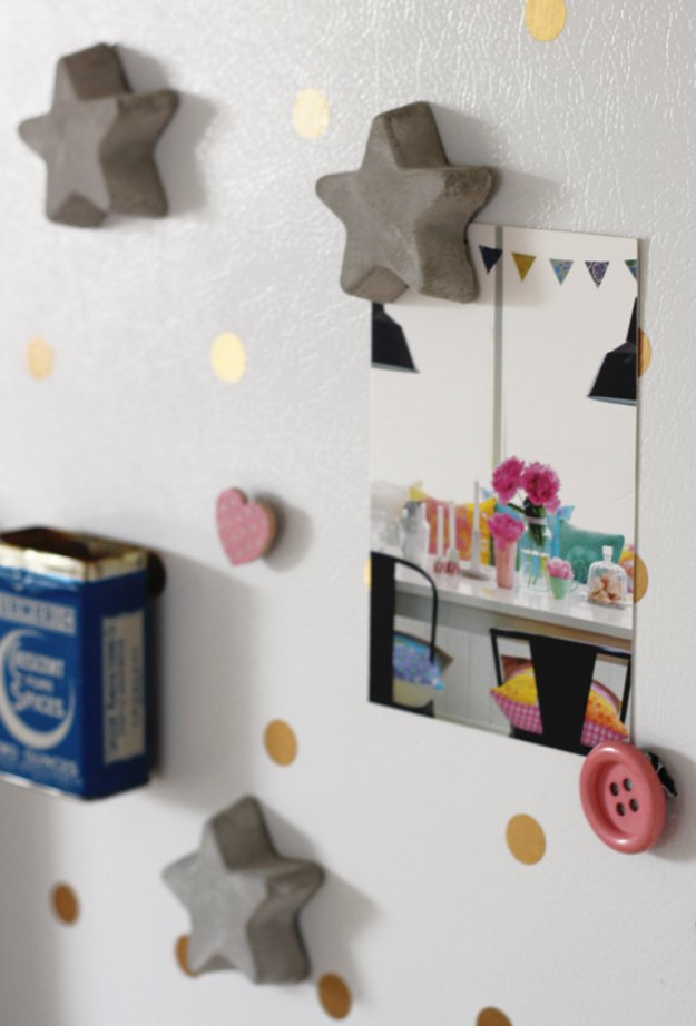 43 DIY concrete crafts - DIY Concrete Magnets- Cheap and creative projects and tutorials for countertops and ideas for floors, patio and porch decor, tables, planters, vases, frames, jewelry holder, home decor and DIY gifts #gifts #diy