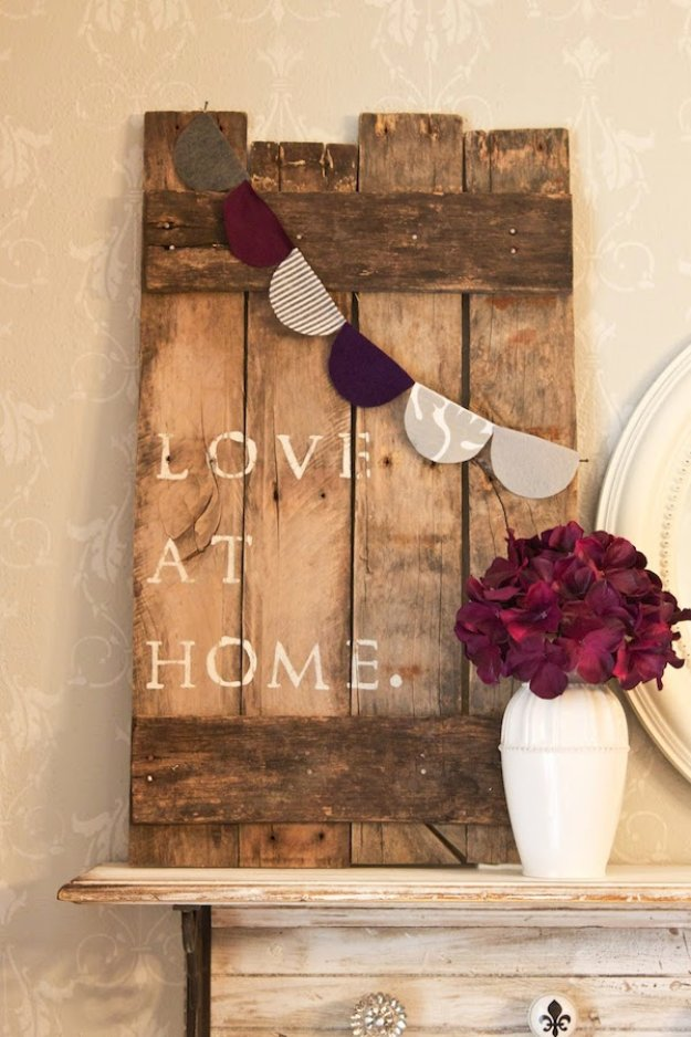 DIY Pallet sign Ideas - DIY Pallet Sign With Paper Bunting - Cool Homemade Wall Art Ideas and Pallet Signs for Bedroom, Living Room, Patio and Porch. Creative Rustic Decor Ideas on A Budget