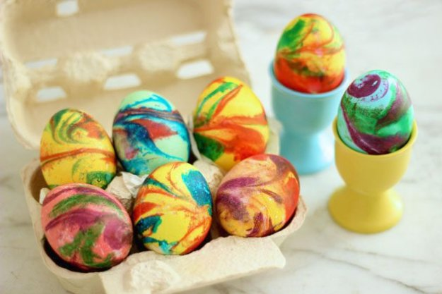Easter Egg Decorating Ideas - DIY Swirled Easter Eggs - Creative Egg Dye Tutorials and Tips - DIY Easter Egg Projects for Kids and Adults http://diyjoy.com/easter-egg-decorating-ideas