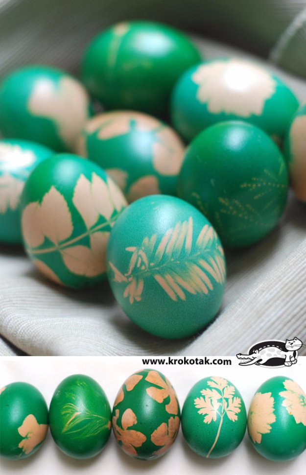 Easter Egg Decorating Ideas - Easter Egg Dyeing with Grass and Flowers - Creative Egg Dye Tutorials and Tips - DIY Easter Egg Projects for Kids and Adults http://diyjoy.com/easter-egg-decorating-ideas