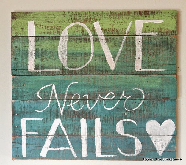 DIY Pallet sign Ideas - Two-Color Ombre Wood Pallet Sign - Cool Homemade Wall Art Ideas and Pallet Signs for Bedroom, Living Room, Patio and Porch. Creative Rustic Decor Ideas on A Budget