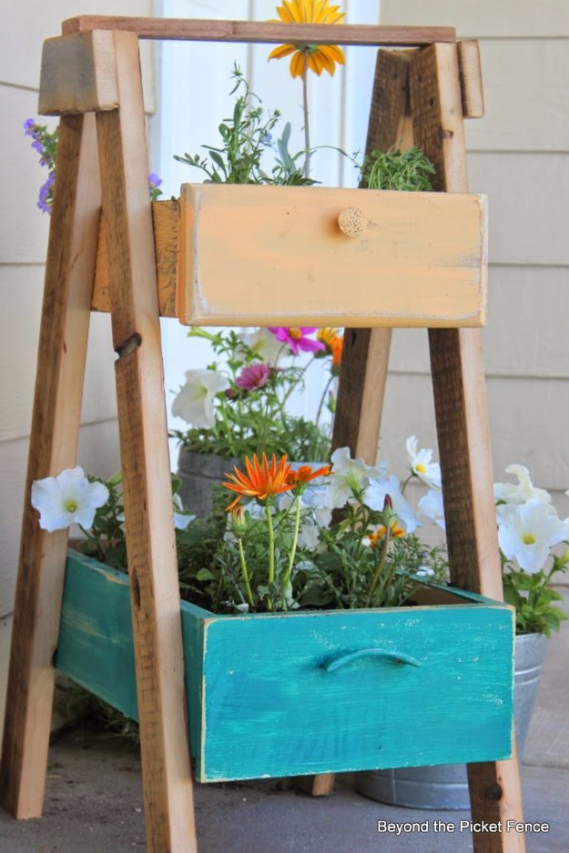 DIY Porch and Patio Ideas - Upcycled Front Porch Planter Drawer - Decor Projects and Furniture Tutorials You Can Build for the Outdoors -Swings, Bench, Cushions, Chairs, Daybeds and Pallet Signs