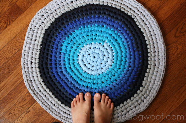 Easy DIY Rugs and Handmade Rug Making Project Ideas - Crochet Rug From T-Shirts - Simple Home Decor for Your Floors, Fabric, Area, Painting Ideas, Rag Rugs, No Sew, Dropcloth and Braided Rug Tutorials