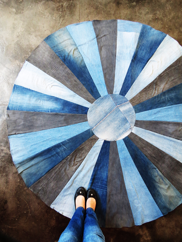 Easy DIY Rugs and Handmade Rug Making Project Ideas - DIY Rug With Old Denims - Simple Home Decor for Your Floors, Fabric, Area, Painting Ideas, Rag Rugs, No Sew, Dropcloth and Braided Rug Tutorials