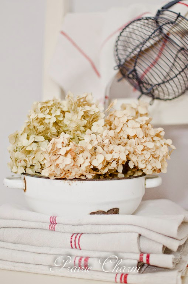 DIY Farmhouse Style Decor Ideas - Enamel And Dried Hydrangea - Creative Rustic Ideas for Cool Furniture, Paint Colors, Farm House Decoration for Living Room, Kitchen and Bedroom #diy #diydecor #farmhouse #countrycrafts
