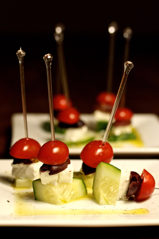 Last Minute Party Foods - Greek Salad Skewers- Easy Appetizers, Simple Snacks, Ideas for 4th of July Parties, Cookouts and BBQ With Friends. Quick and Cheap Food Ideas for a Crowd#appetizers #recipes #party