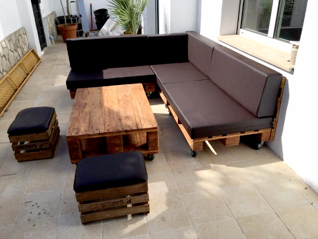 DIY Sofas and Couches - Pallet Sectional Sofa With Black Cushion - Easy and Creative Furniture & 35 Super Cool DIY Sofas and Couches