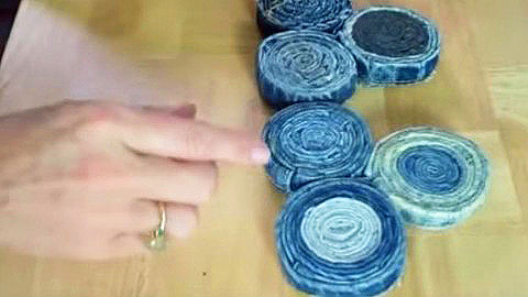 Roll Up Strips Of Old Jeans To Make This DIY Bag | DIY Joy Projects and Crafts Ideas