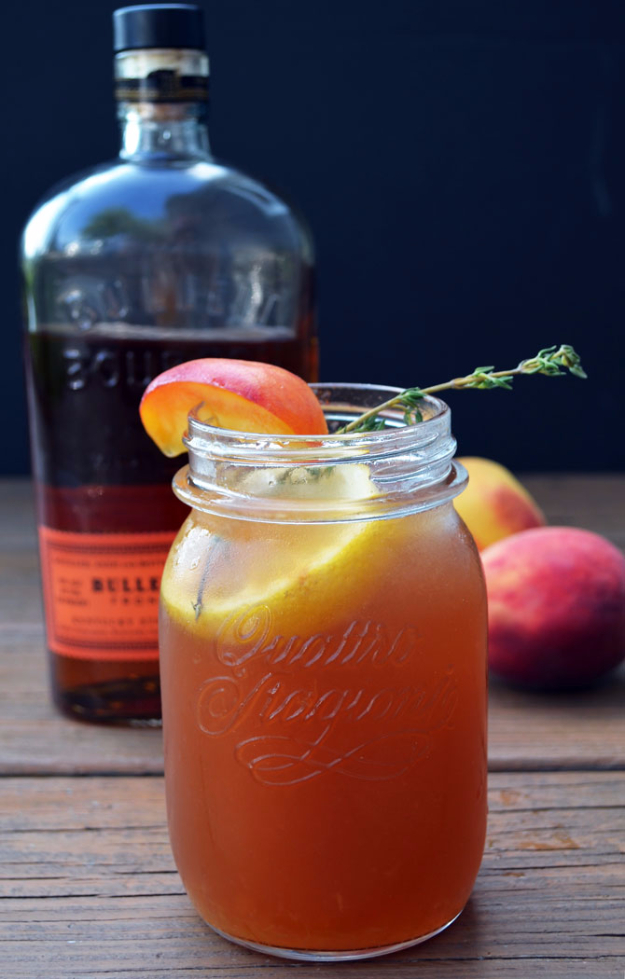 31 Clever Ways To Serve Drinks In Jars - Bourbon Peach Sweet Tea - Fun and Creative Way to Serve Soda, Tea, Cocktails and Party Drinks. Mason Jar Recipes and More Easy, Fun Ideas