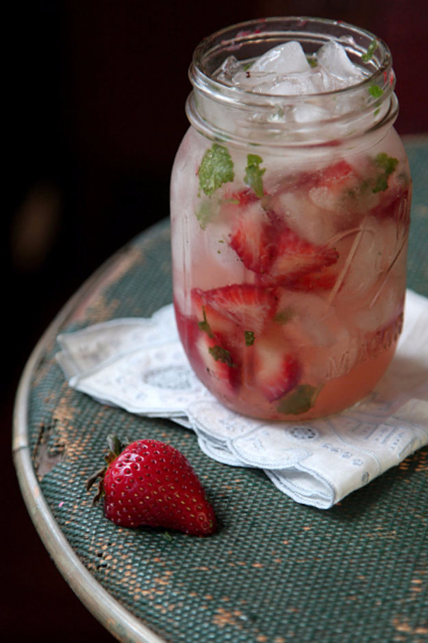 31 Clever Ways To Serve Drinks In Jars - Strawberry Moonshine Julep - Fun and Creative Way to Serve Soda, Tea, Cocktails and Party Drinks. Mason Jar Recipes and More Easy, Fun Ideas