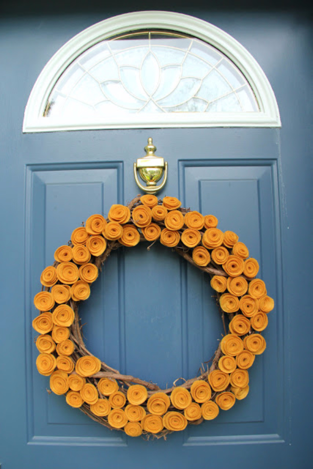 35 Fall Wreaths for Your Door - Felt Fall Wreath - Fall Wreaths For Front Door, Fall Wreaths Ideas To Try, Easy DIY Fall Wreaths, Brilliant Fall Wreath DIY, Porch Decor, Cool Ideas For Fall, Fall Projects http://diyjoy.com/fall-wreaths-door