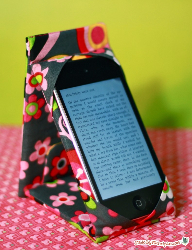 Dollar Store Crafts - Iphone Case Stand - Best Cheap DIY Dollar Store Craft Ideas for Kids, Teen, Adults, Gifts and For Home #dollarstore #crafts #cheapcrafts #diy