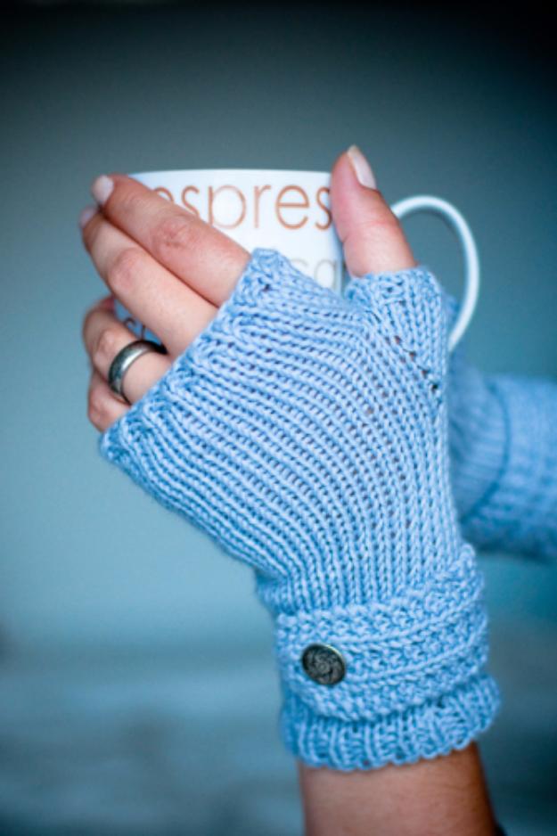32 Easy Knitted Gifts - Easy Fingerless Mitts - Last Minute Knitted Gifts, Best Knitted Gifts For Anyone, Easy Knitted Gifts To Make, Knitted Gifts For Friends, Easy Knitting Patterns For Beginners, Quick Knitting Ideas #knitting #gifts #diygifts