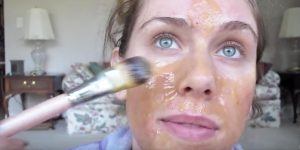 She Makes A Special DIY Honey Face Mask, Containing Great Antioxidants For All Skin Types…