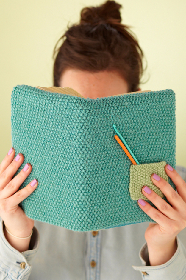 Easy Knitted Gifts - Knitted Book Cover - How to Knit A Book Cover - Last Minute Knitted Gifts, Best Knitted Gifts For Anyone, Easy Knitted Gifts To Make, Knitted Gifts For Friends, Easy Knitting Patterns For Beginners, Quick Knitting Ideas #knitting #gifts #diygifts