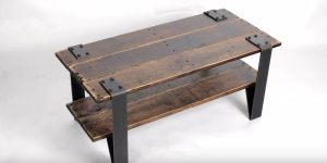 This Pallet Wood Table Costs Only A Few Dollars To Make