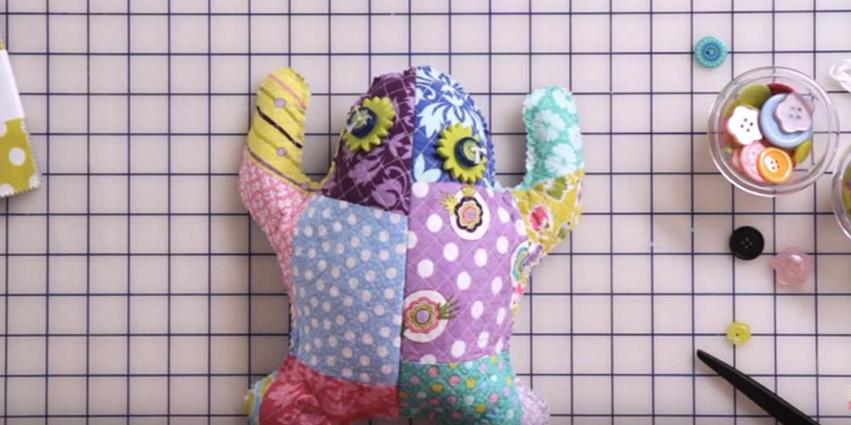 Best Quilting Projects for DIY Gifts - DIY Quilted Frog - Things You Can Quilt and Sew for Friends, Family and Christmas Gift Ideas - Easy and Quick Quilting Patterns for Presents To Give At Holidays, Birthdays and Baby Gifts. Step by Step Tutorials and Instructions