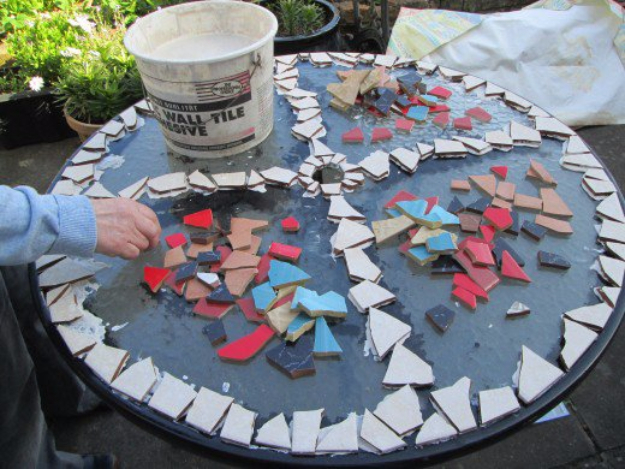 DIY Projects Made With Broken Tile - Broken Ceramic Tile Table Top - Best Creative Crafts, Easy DYI Projects You Can Make With Tiles - Mosaic Patterns and Crafty DIY Home Decor Ideas That Make Awesome DIY Gifts and Christmas Presents for Friends and Family http://diyjoy.com/diy-projects-broken-tile