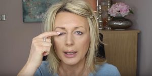 Watch This Brilliant Technique She Uses To Disguise Her Droopy Eyes!