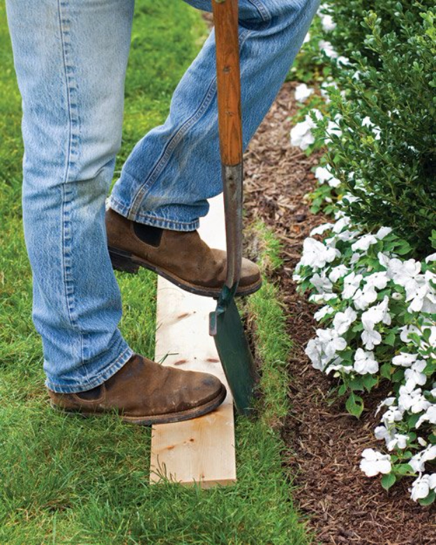 DIY Landscaping Hacks - Easy Way To Edge A Lawn - Easy Ways to Make Your Yard and Home Look Awesome in Fall, Winter, Spring and Fall. Backyard Projects for Beginning Gardeners and Lawns - Tutorials and Step by Step Instructions
