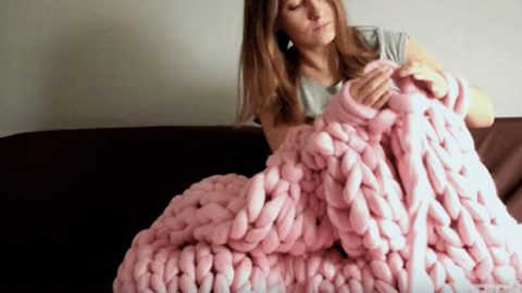 How to Knit An Oversize Blanket Without Using Needles | DIY Joy Projects and Crafts Ideas