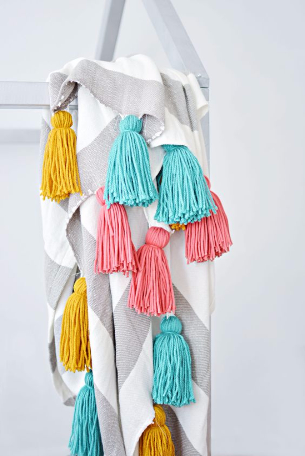DIY Blankets and Throws - DIY Tassel Throw Blanket - How To Make Easy Home Decor and Warm Covers for Women, Kids, Teens and Adults - Fleece, Knit, No Sew and Easy Projects to Make for Bed and Sofa - Creative Blanket Sewing Projects and Crafts http://diyjoy.com/diy-blankets-throws