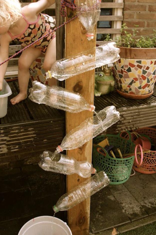 Proyectos geniales de bricolaje hechos con botellas de plástico - Pared de agua de bricolaje - Las mejores manualidades e ideas de bricolaje hechas con una botella de plástico reciclada - Joyas, decoración del hogar, macetas, tutoriales de proyectos de manualidades - Formas baratas de decorar y regalos creativos de bricolaje para vacaciones navideñas - Proyectos divertidos para adultos, adolescentes y niños http://diyjoy.com/diy-projects-plastic-bottles