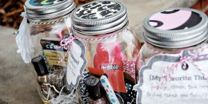 She Shows Us Some Awesome Last Minute Gifts In A Mason Jar (Watch!)
