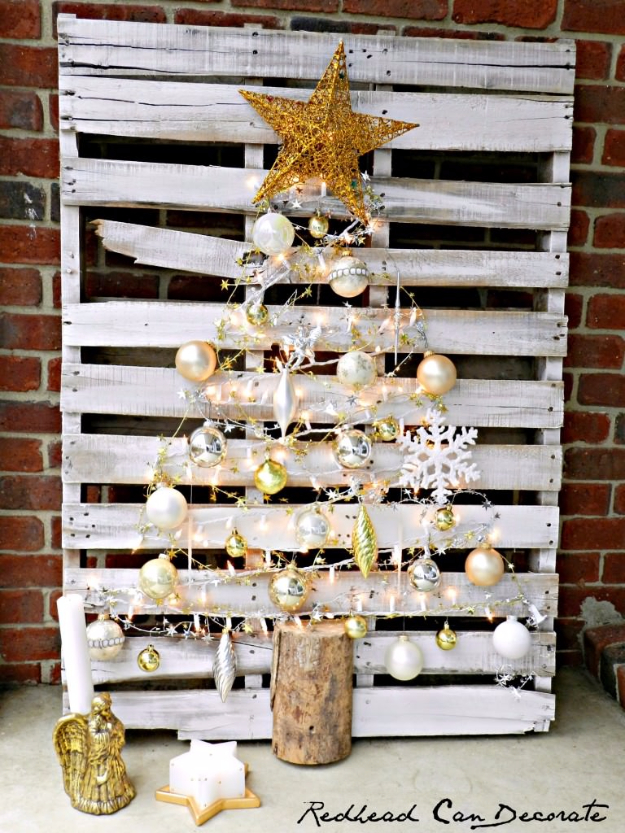 Rustic Farmhouse Decor Ideas for A Christmas Tree - Pallet Christmas Tree - Cool Handmade Ornaments, DIY Decorating Ideas and Ornament Tutorials - Cheap Christmas Home Decor - Xmas Crafts #christmas #diy #crafts