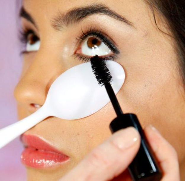 Cool DIY Makeup Hacks for Quick and Easy Beauty Ideas - Repurposed Plastic Spoon - How To Fix Broken Makeup, Tips and Tricks for Mascara and Eye Liner, Lipstick and Foundation Tutorials - Fast Do It Yourself Beauty Projects for Women
