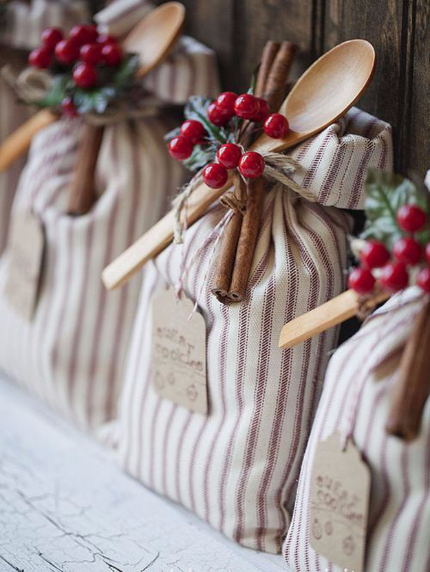 Cheap DIY Office Gifts Sugar Cookie Sack - DIY Christmas Gift Ideas for Your Boss and Coworkers