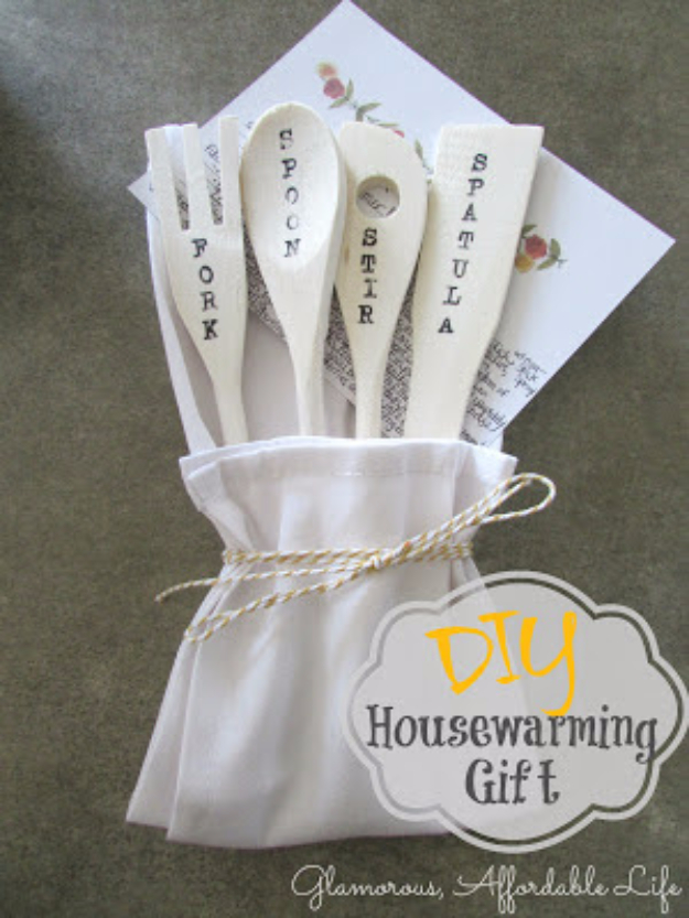 DIY Housewarming Gifts - Wooden Spoons - Best Do It Yourself Gift Ideas for Friends With A New House, Home or Apartment - Creative, Cheap and Quick Crafts and DIY Ideas for Housewarming Presents - Mason Jar Gifts, Baskets, Gifts for Women and Men #diygifts #housewarming #diyideas #cheapgifts