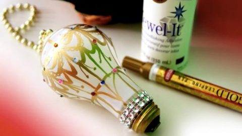 She Makes A Super Cool Hot Air Balloon Ornament Out Of A Light Bulb (Watch!)   DIY Joy Projects and Crafts Ideas