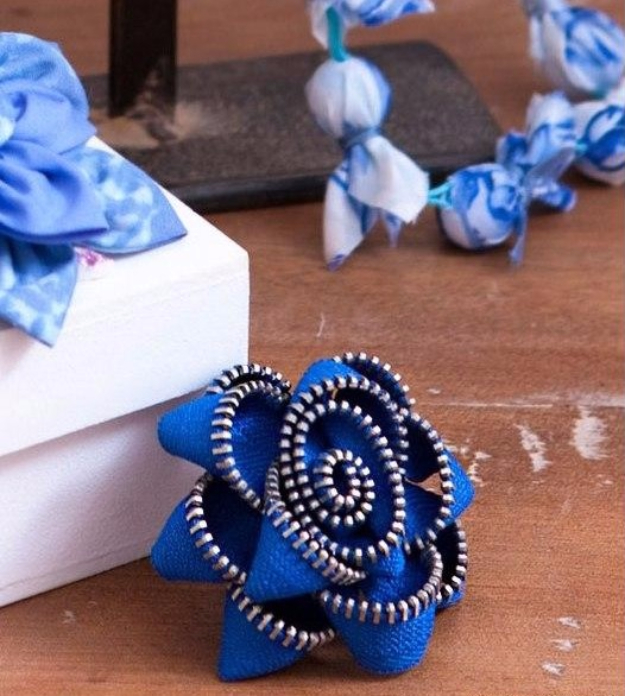 Creative DIY Projects With Zippers - Zipper Flower Brooch - Easy Crafts and Fashion Ideas With A Zipper - Jewelry, Home Decor, School Supplies and DIY Gift Ideas - Quick DIYs for Fun Weekend Projects